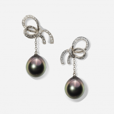 Small Ribbon Black Pearl in White Gold